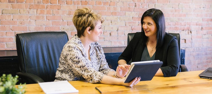 Zwei Frauen im Büro unterhalten sich