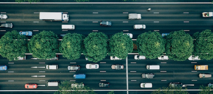 Fahrzeuge auf Autobahn aus der Vogelperspektive