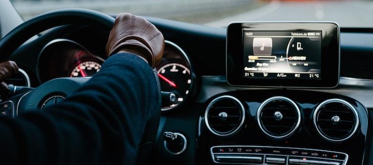 Armaturenbrett eines Autos und digitales Radio