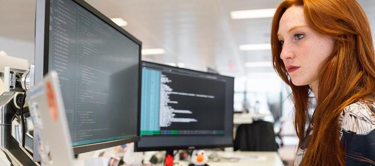 Frau beim Programmieren